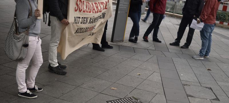 Demonstranten in einem Halbkreis